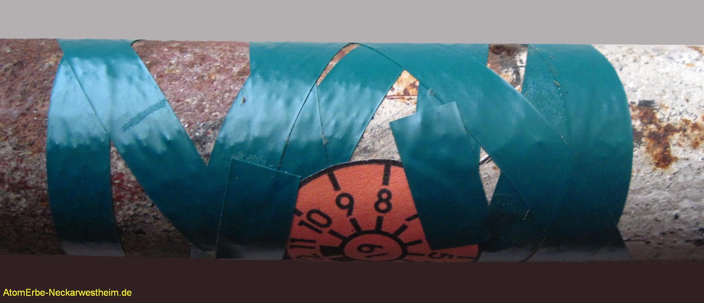 Provisorisch geflicktes, rostiges Rohr mit TUEV-Siegel